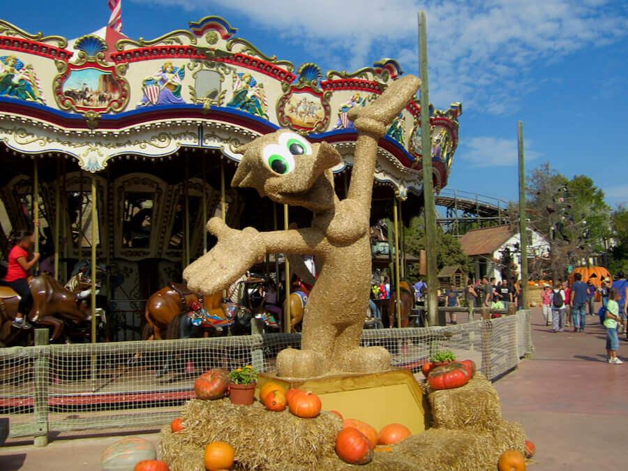 Muñeco de paja de Woody Woodpecker en el Halloween de PortAventura