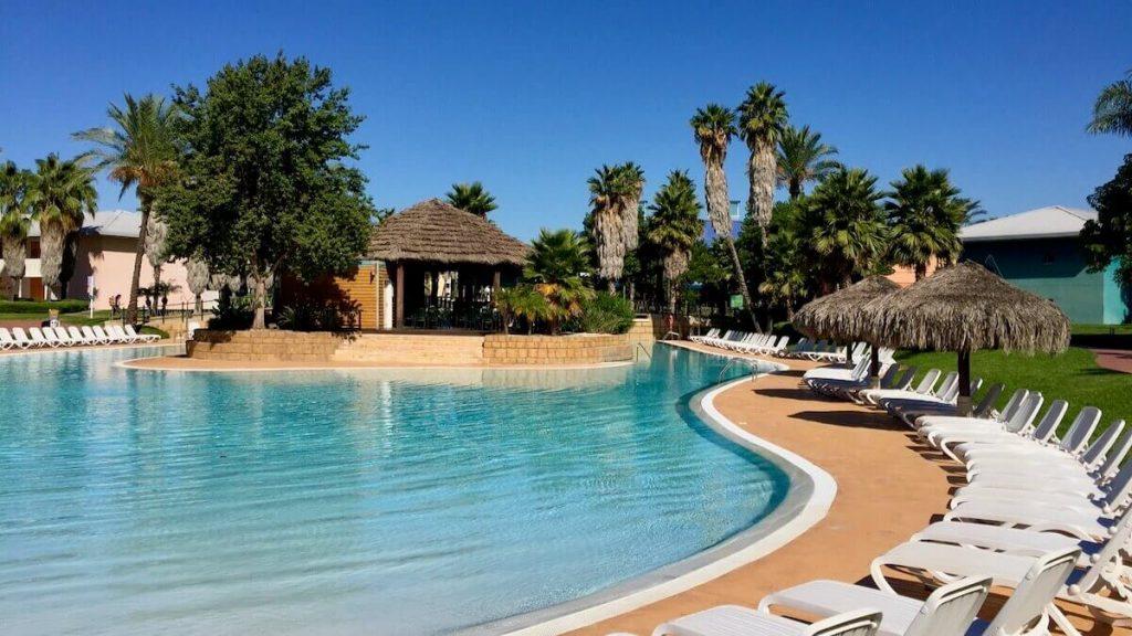 Vista de la Piscina sin arena del Hotel Caribe de PortAventura World