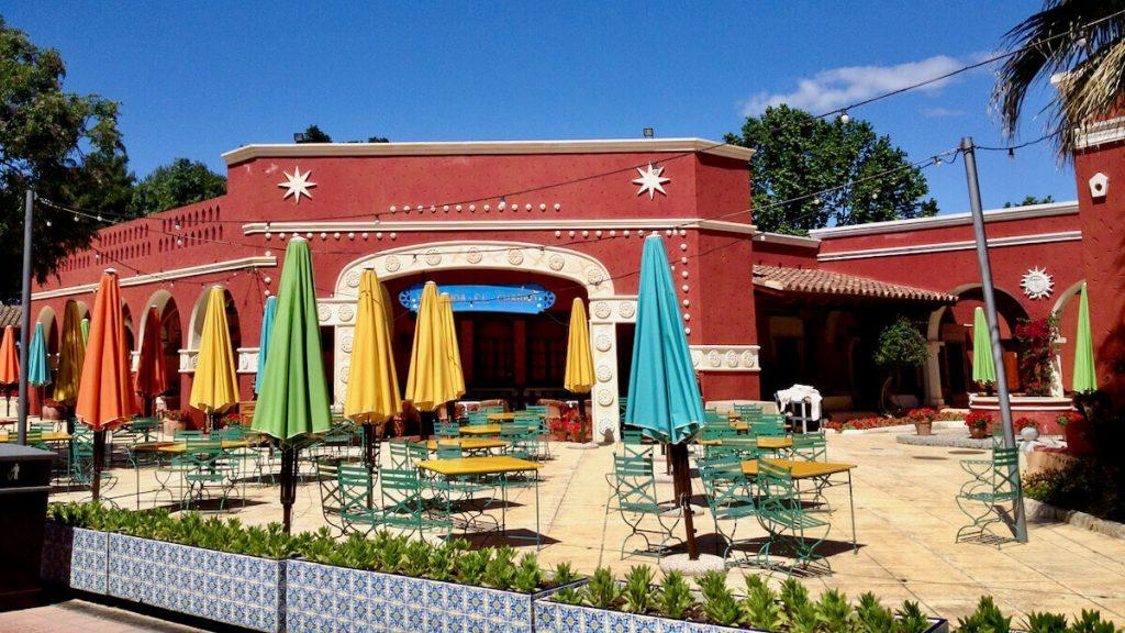 Vista de las mesas exteriores del restaurante La Hacienda, en México de PortAventura Park