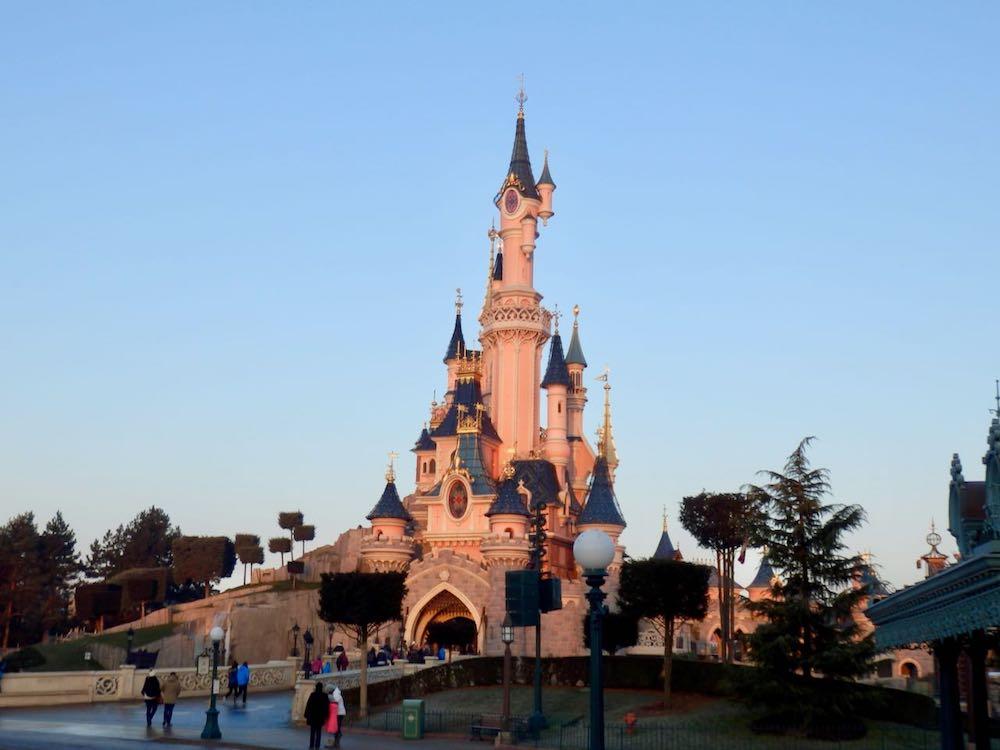 Castillo de Disneyland Paris al amanecer