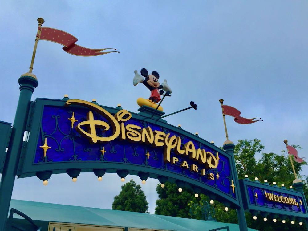 Cartel de bienvenida a Disneyland Paris con Mickey Mouse