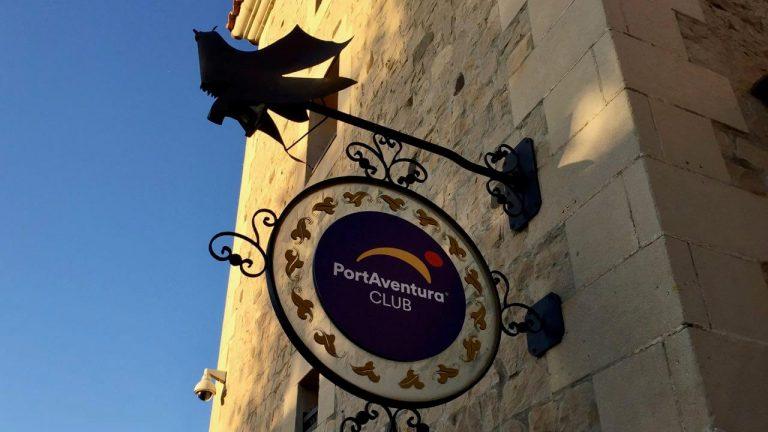 Cartel Club PortAventura en la oficina panoramico