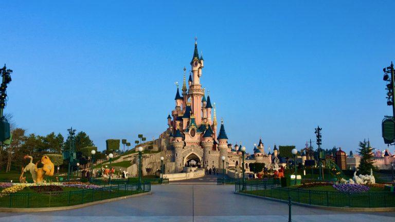 Castillo de Disneyland Paris a primera hora sin gente