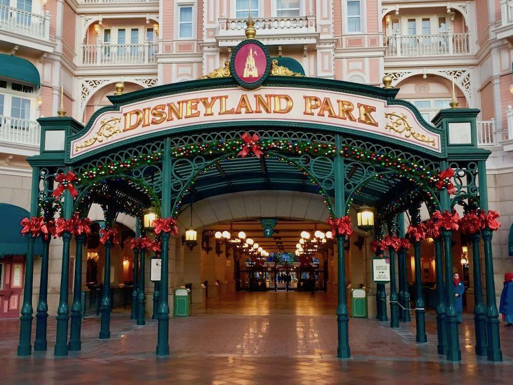 Entrada a Disneyland Park decorada de navidad