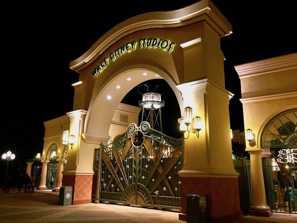 Entrada a Walt Disney Studios de noche
