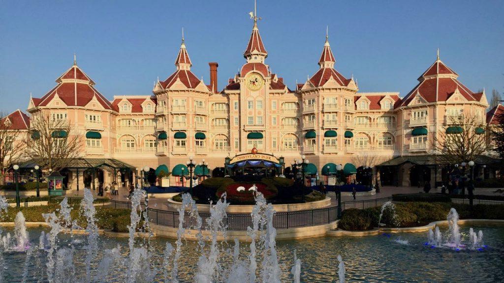 Vista del Hotel Disneyland desde Fantasia Gardens