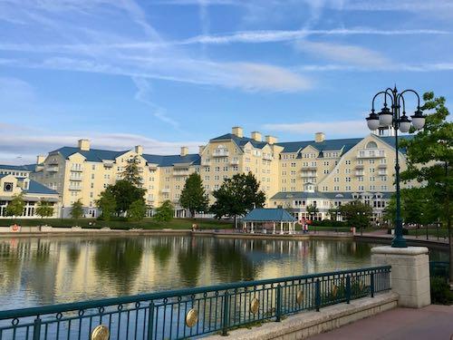 Vista del hotel Newport Bay Club desde el Lake Disney