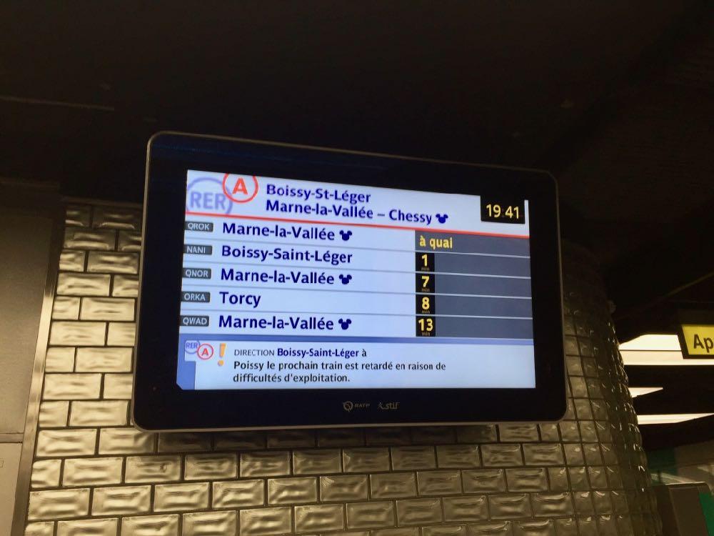 Pantalla de trenes RER A en dirección a Disneyland Paris