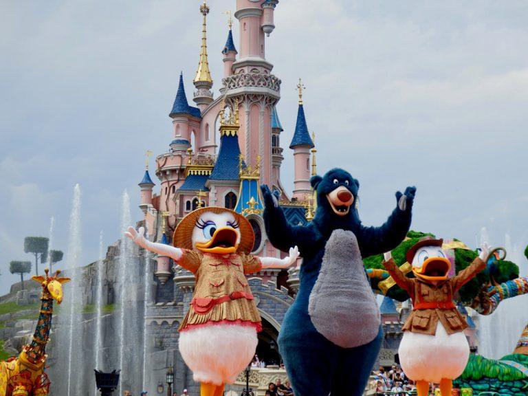Baloo, Donald y Daisy en el show Jungle Book Jive en Disneyland Paris