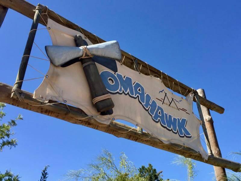 Cartel de la montaña rusa Tomahawk en Far West de PortAventura