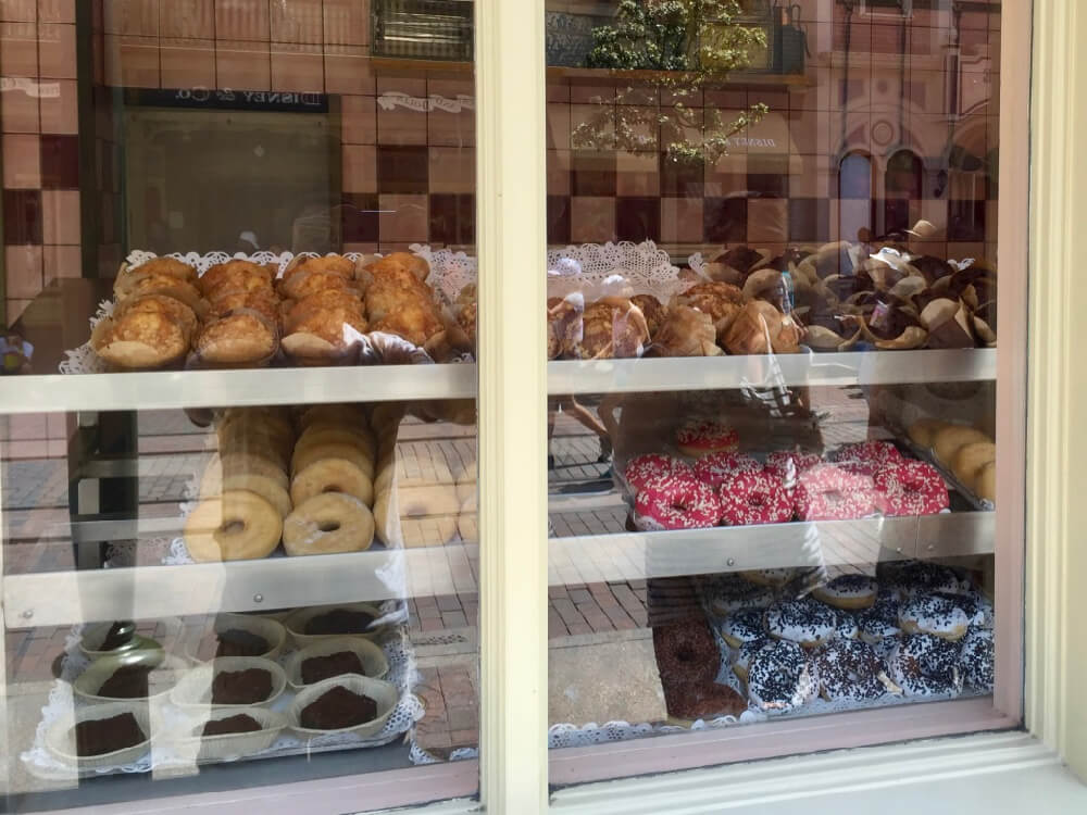 Escaparate del restaurante Cable Car Bake Shop en Disneyland Paris, con donuts, muffins y brownies