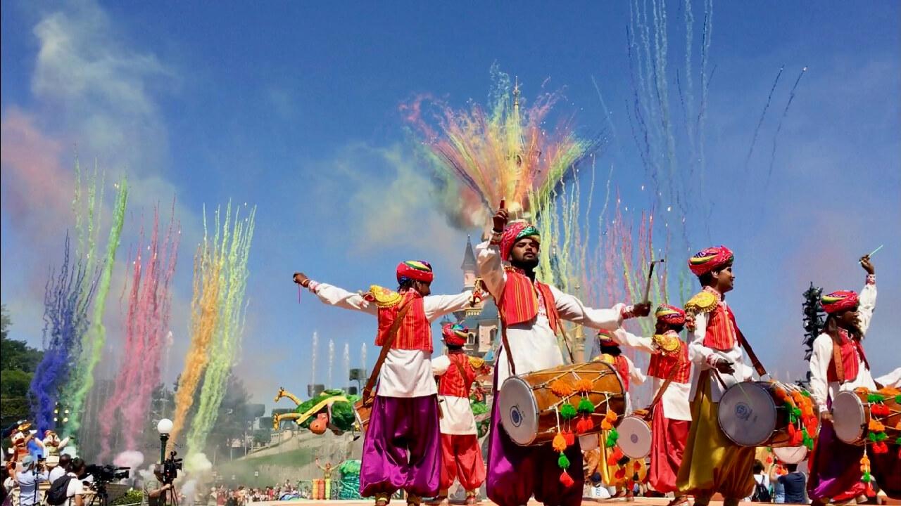 Fuegos artificiales diurnos en el show Jungle Book Jive en Disneyland Paris