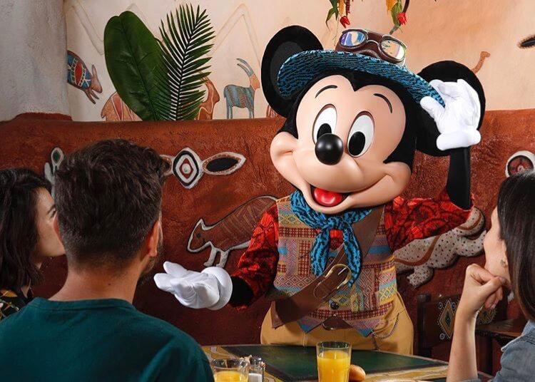 Mickey Mouse explorador en el Restaurante Hakuna Matata de Disneyland Paris
