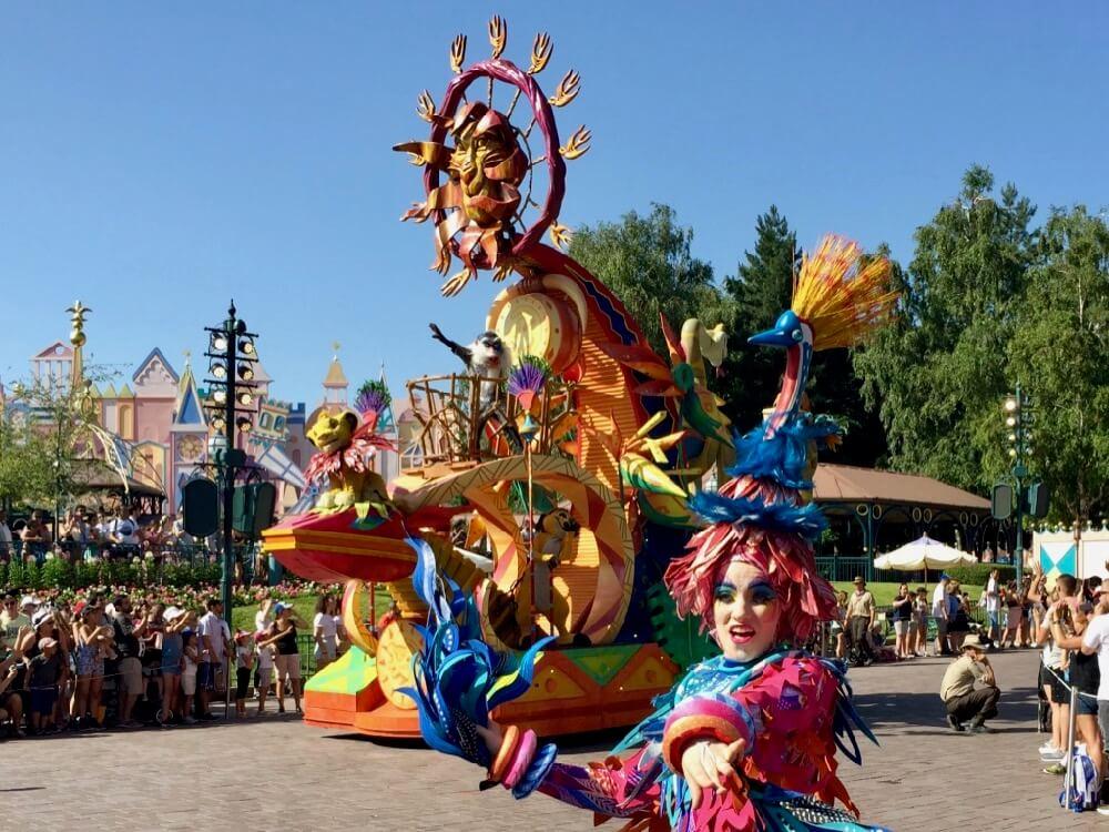 Carroza del Rey León y el Libro de la Selva en la cabalgata Disney Stars on Parade en Disneyland Paris