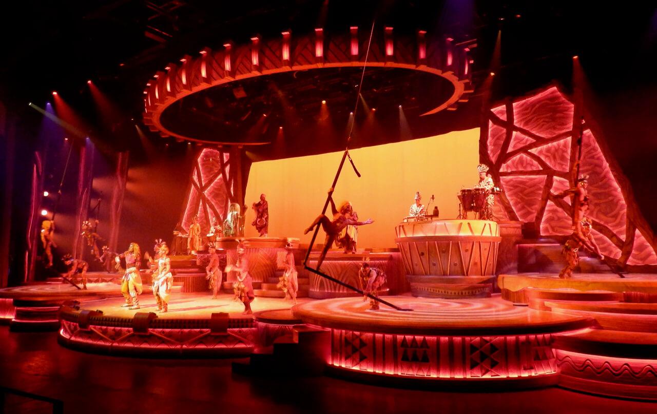 Vista general del escenario de El Rey Leon y los Ritmos de la Tierra en Disneyland Paris