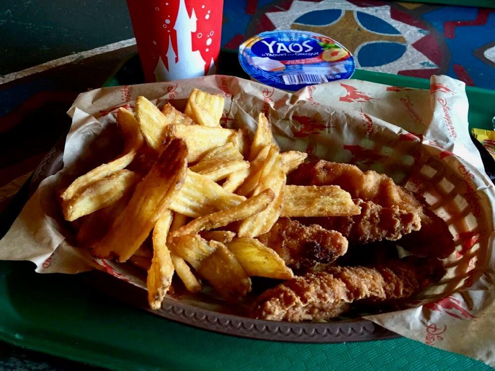 Tiras de pollo y patatas de maiz de Hakuna Matata Restaurant en Adventureland de Disneyland Paris