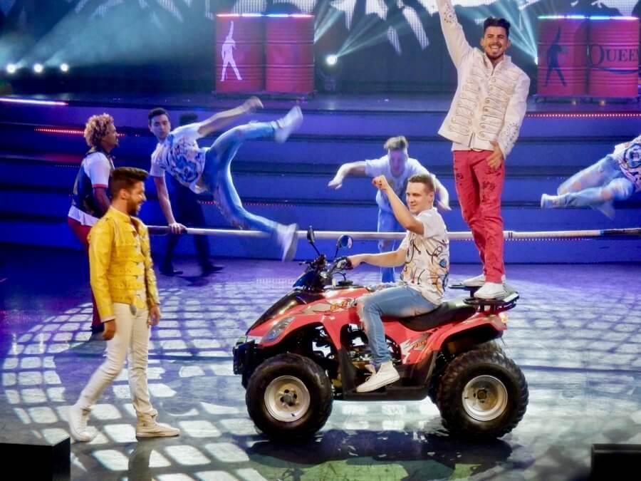 Cancion de Queen en el show We Dance on Movies de PortAventura