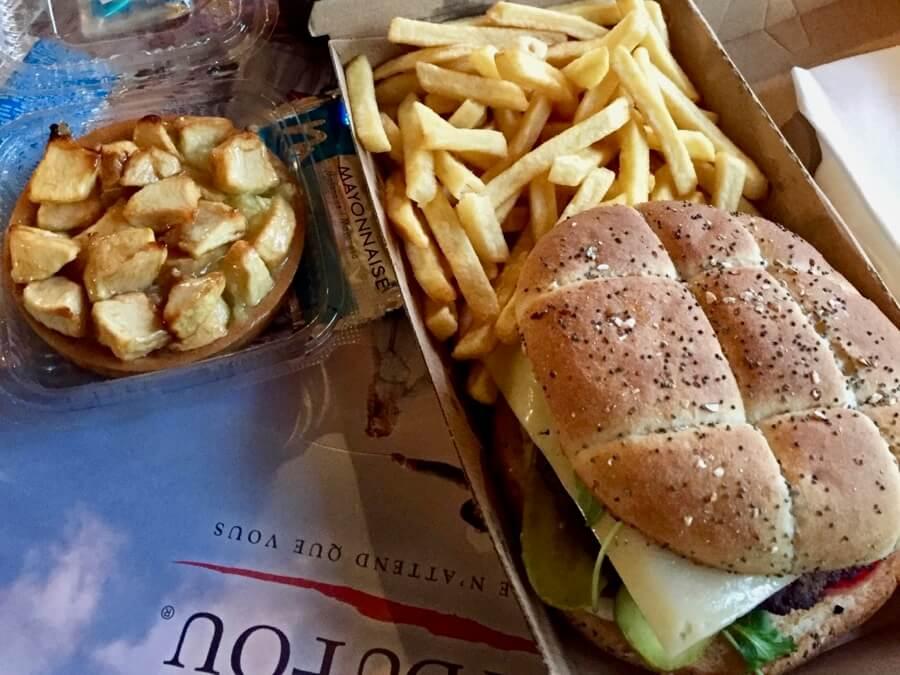 Hamburguesa y pastel de manzana Puy du Fou