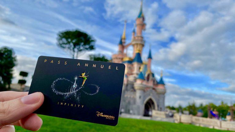 Pase Anual delante del castillo de Disneyland Paris