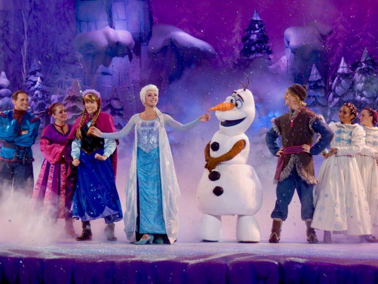 Anna, Elsa, Olaf y Kristoff en un espectaculo de Frozen en Disneyland Paris