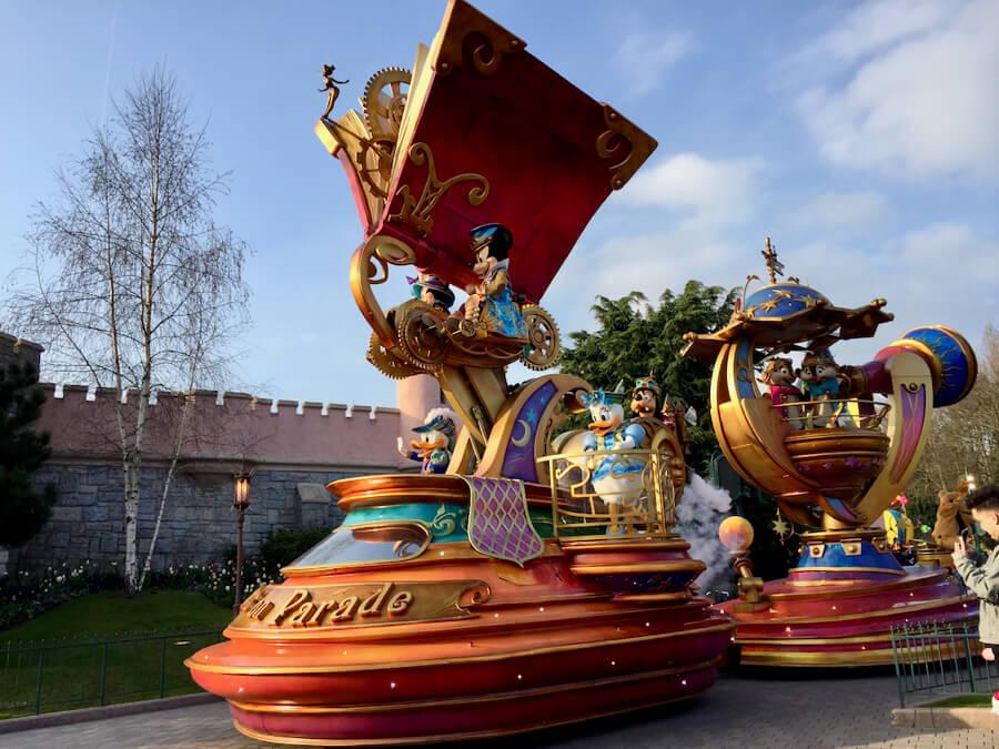 Vista de la parade de Disneyland Paris desde la zona VIP para pases anuales Infinity