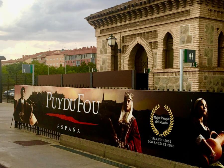 Anuncio de Puy du Fou España en la estación de tren de Toledo