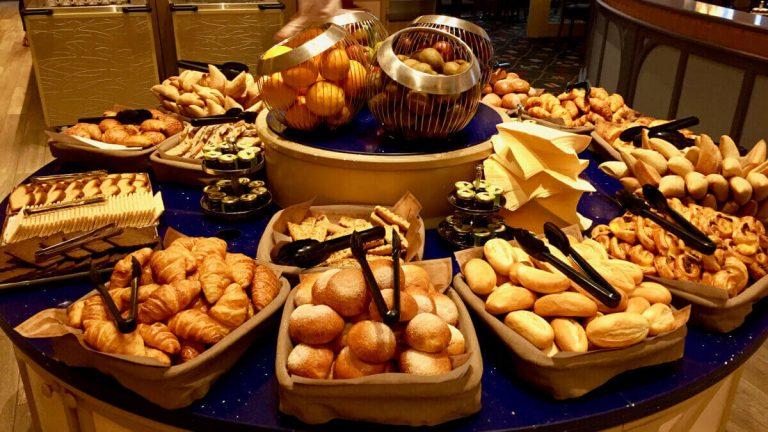 Buffet de desayuno del restaurante del Hotel Newport Bay Club en Disneyland Paris