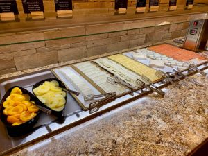 Creek View Buffet Desayuno - fruta en almíbar y quesos
