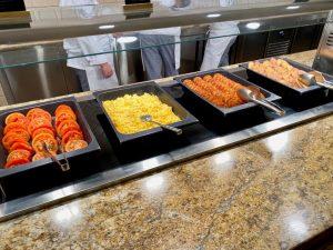Creek View Buffet Desayuno - torrijas, hashbrowns, huevos revueltos y tomates al horno