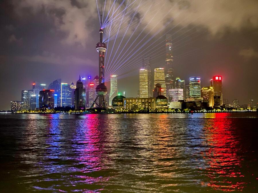 Vistas de los rascacielos de Pudong en Shanghai desde el Bund