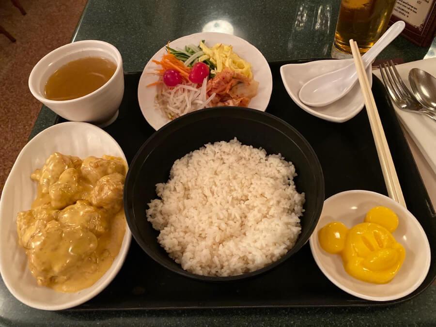 Arroz con pollo al curry en Hong Kong Disneyland