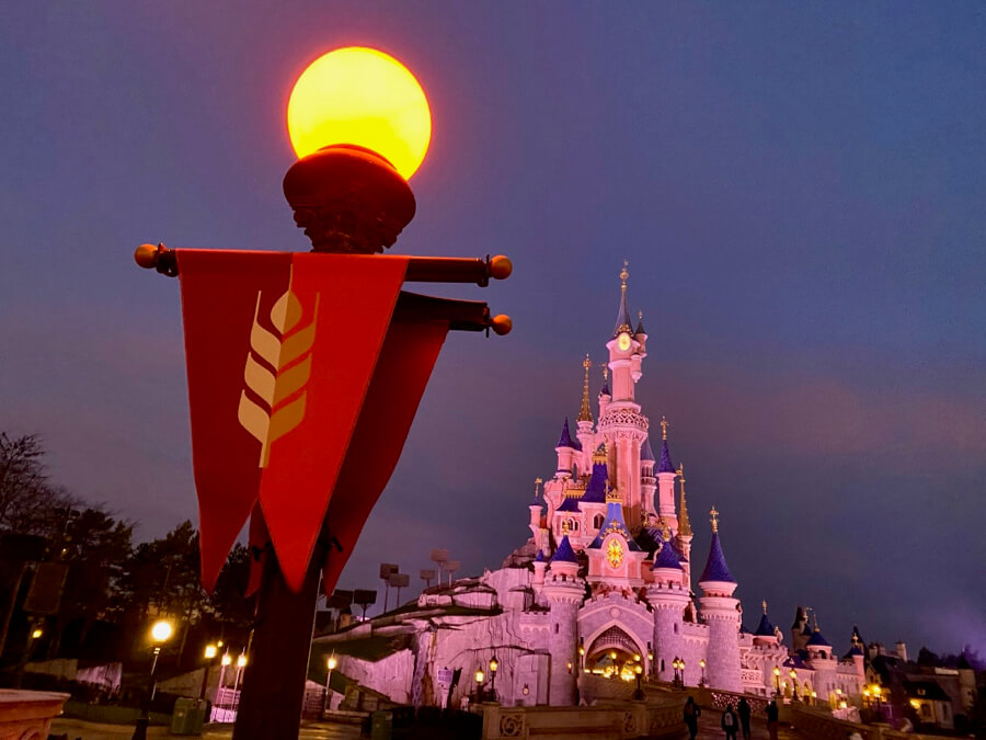 Banderola de Frozen Celebration frente al Castillo de Disneyland Paris