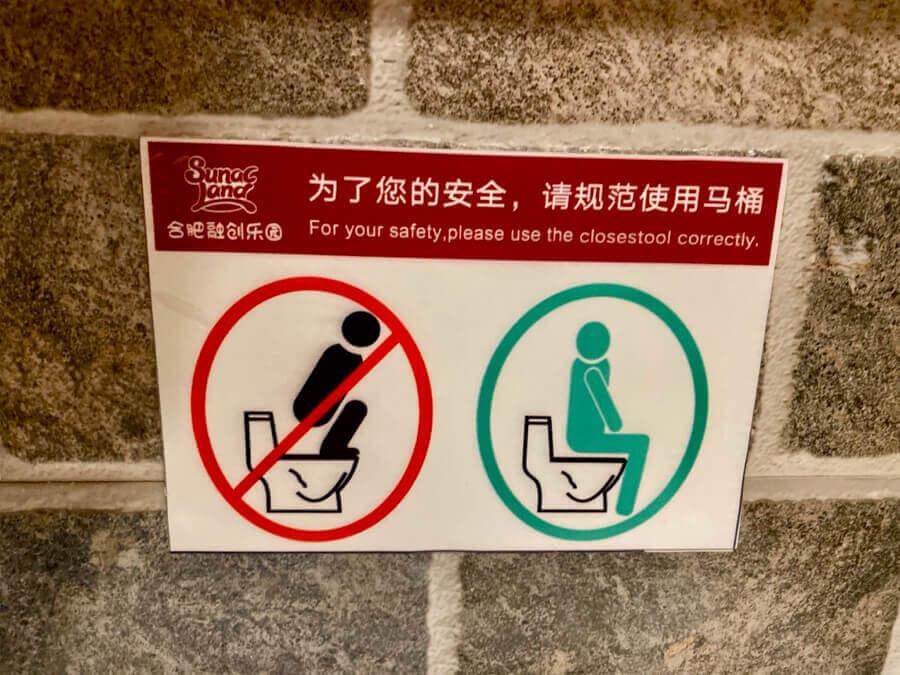 Cartel en baños de China