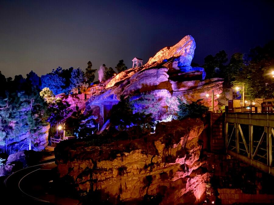 Grizzly Gulch de Hong Kong Disneyland de noche