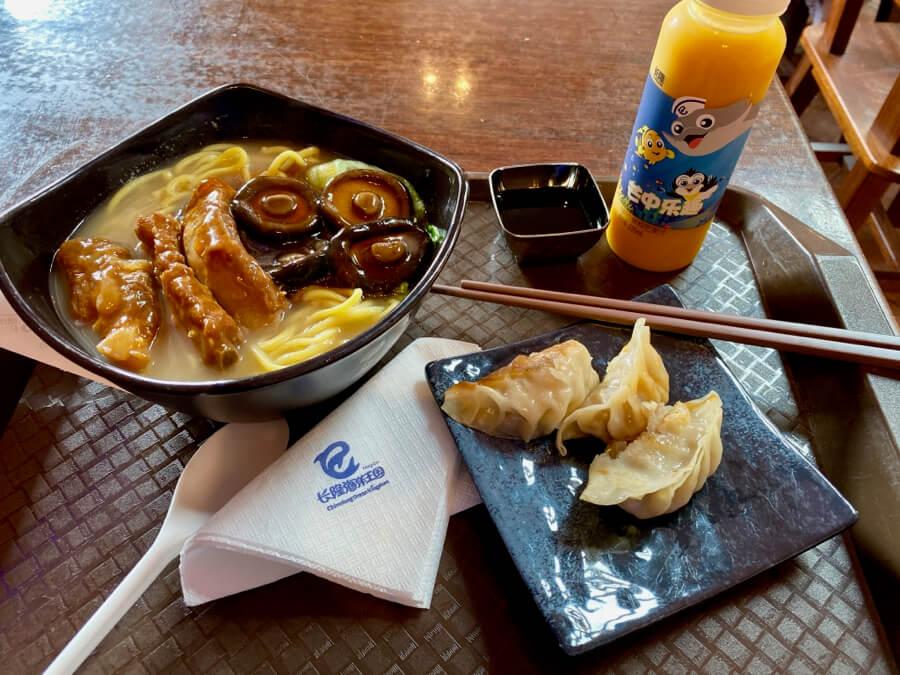 Noodles con costillas y dumplings en Chimelong Ocean Kingdom