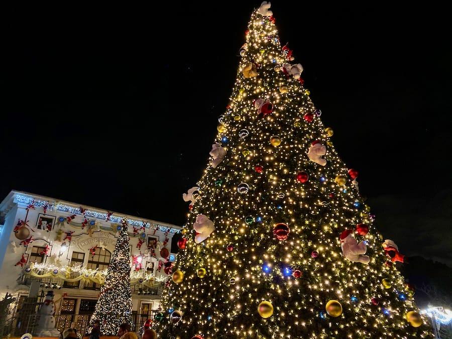 Árbol de Navidad de PortAventura iluminado de noche