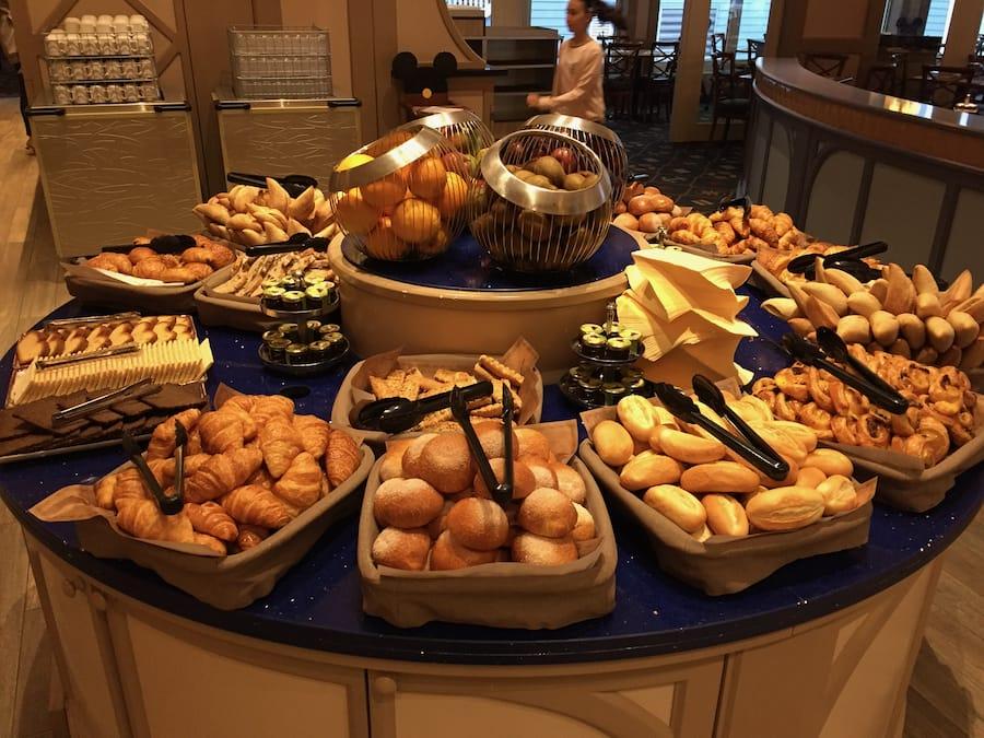 Buffet del desayuno en el restaurante del Hotel Newport Bay Club en Disneyland Paris
