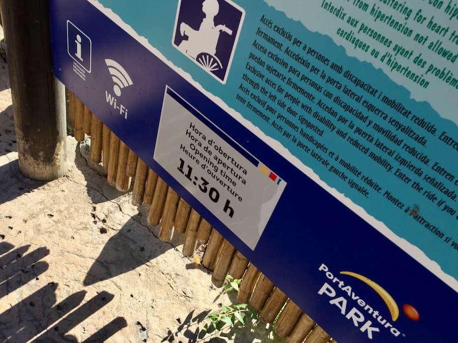 Cartel con horario de apertura de una atracción de PortAventura