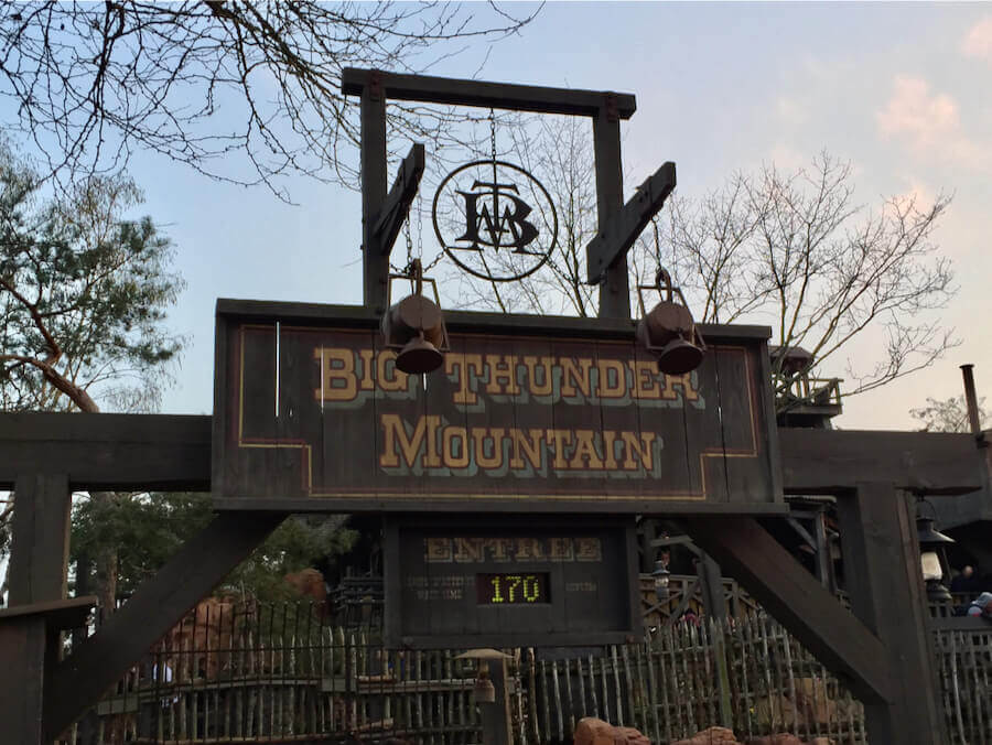 Cartel de Big Thunder Mountain en Disneyland Paris con 170 minutos de espera