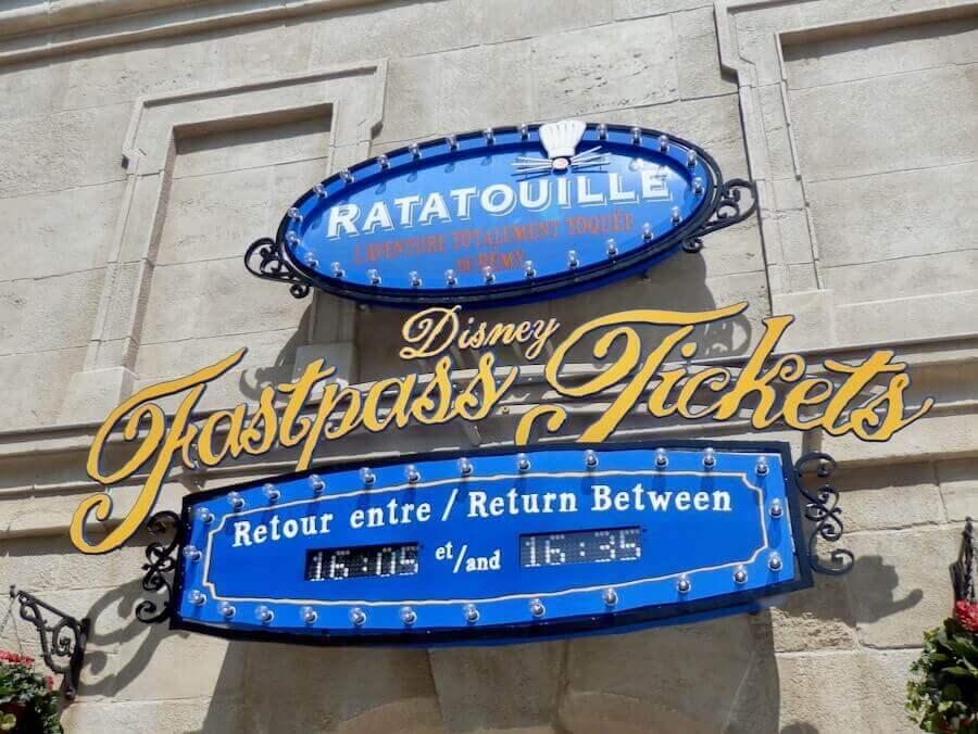 Cartel de FASTPASS con horas de retorno de Ratatouille en Walt Disney Studios de Disneyland Paris