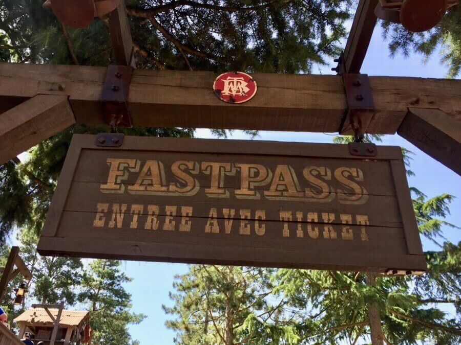 Cartel de entrada a cola FASTPASS de Big Thunder Mountain en Disneyland Paris