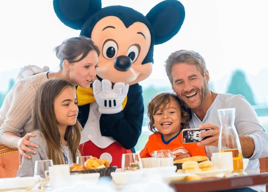 Comida con personajes en Cafe Mickey de Disneyland Paris