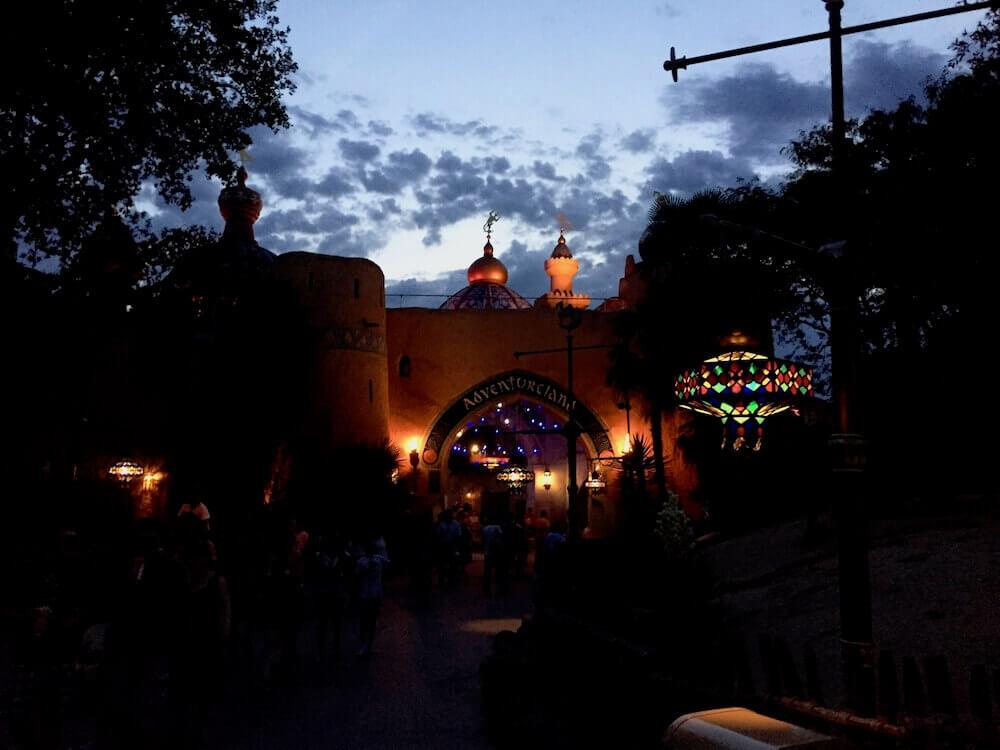 Entrada de Adventureland de Disneyland Paris al anochecer