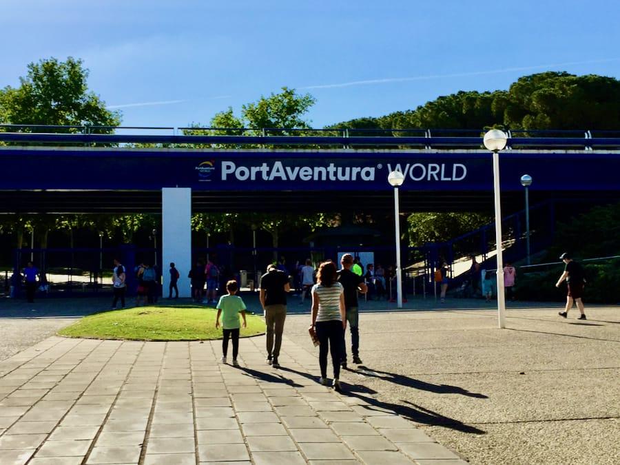 Entrada peatonal a PortAventura justo antes de la apertura