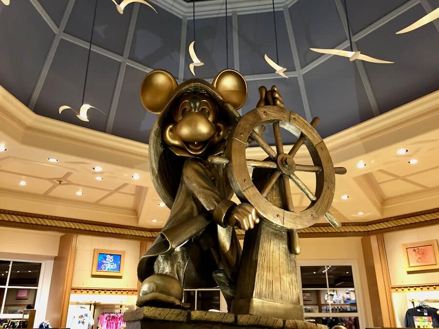 Estatua de Mickey en el Hotel Newport Bay Club de Disneyland Paris