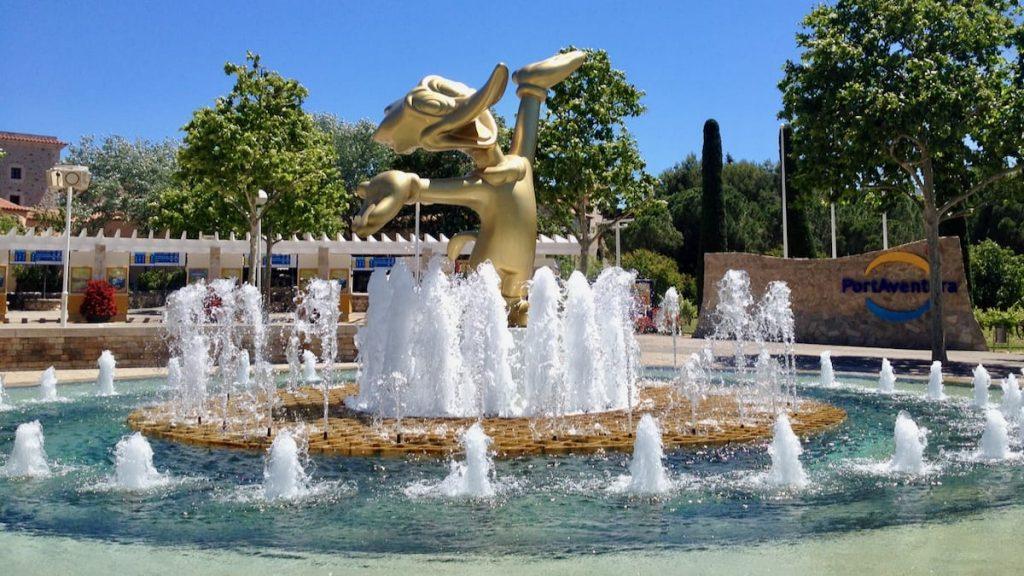 Fuente de la plaza de taquillas de PortAventura World con Woody