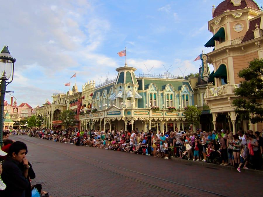 Gente en Main Street antes de la cabalgata en Disneyland Paris