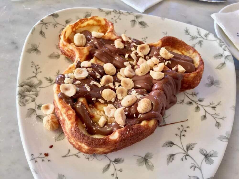 Gofre de Mickey con Nutella y Avellanas en el restaurante Victorias Home Style Restaurant de Disneyland Paris