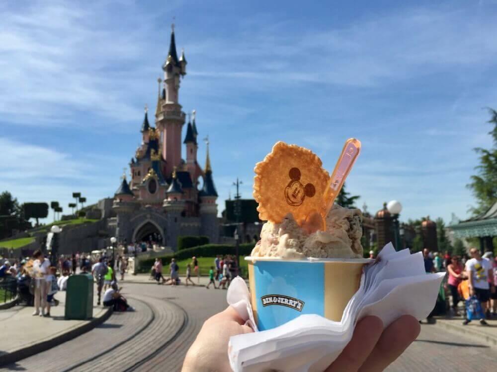 Helado de Gibson Girl Ice Cream Parlour en Disneyland Paris delante del castillo