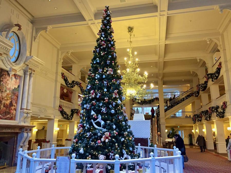 Hotel Disneyland con su árbol de Navidad